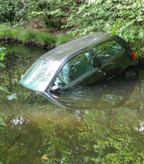 Handrem vergeten, auto in sloot: 'Daar gaat mijn vakantiegeld, maar ach, we kunnen toch niet weg'