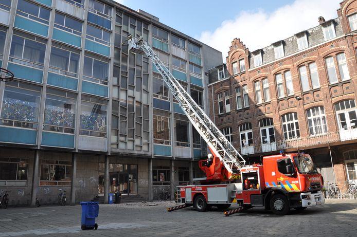 Archiefbeeld april 2019: De brandweer controleert met een ladderwagen of de stukken beton stabiel zijn aan de gevel van de Sint-Lucas kunsthumaniora.
