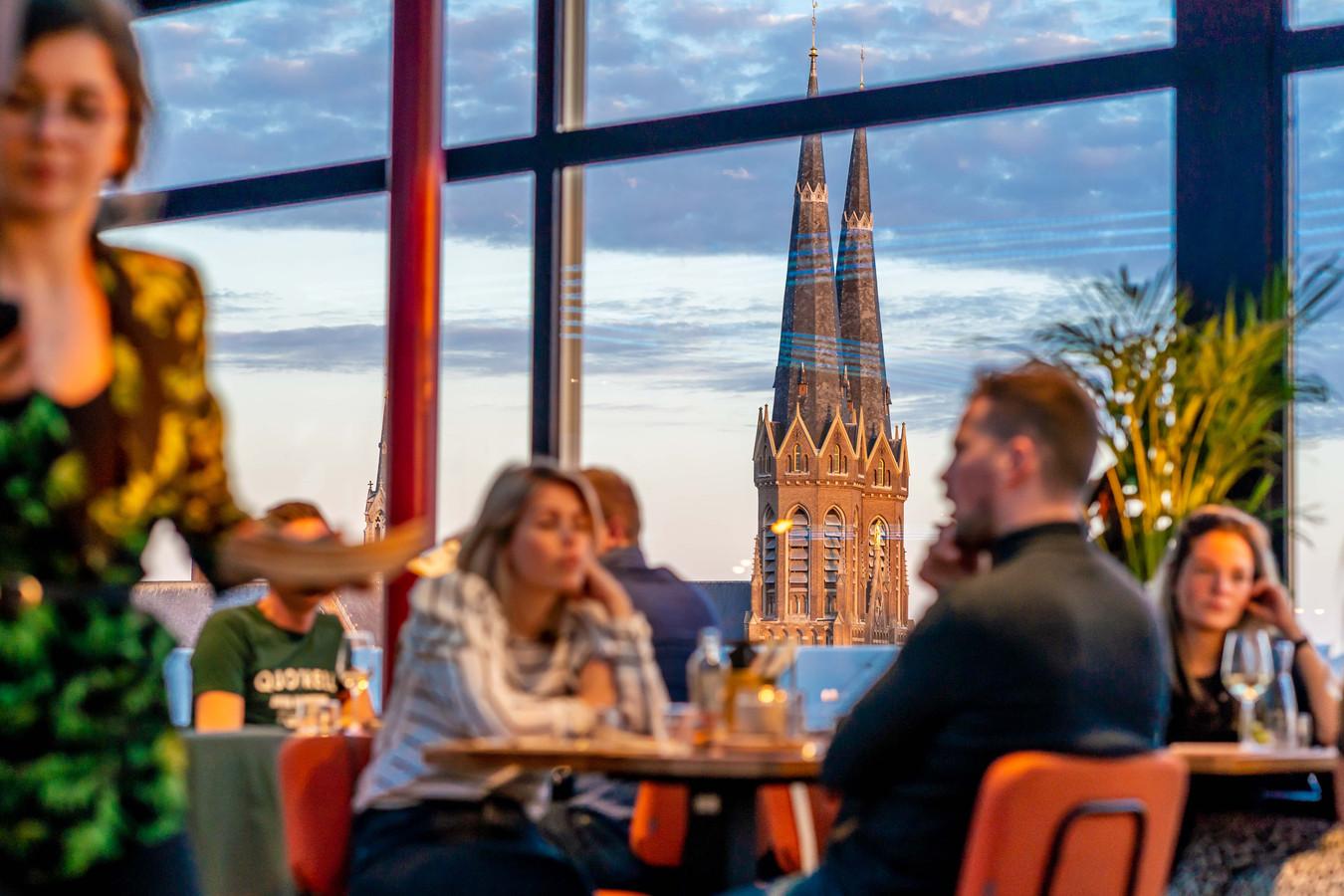 Geschoten door Wildschieters De proefavond eerder deze week bij Doloris, vanaf de tafel kijk je uit op de skyline van Tilburg.
