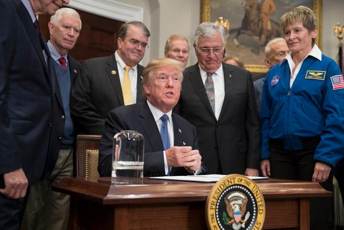 President Donald Trump ondertekent de opdracht voor een bemande missie naar de maan.