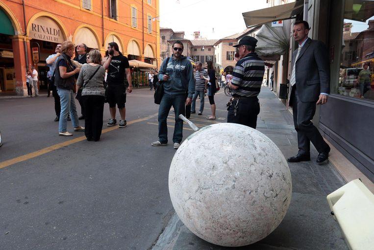 Een groot ornament is van een kerk afgevallen in Modena. Beeld EPA