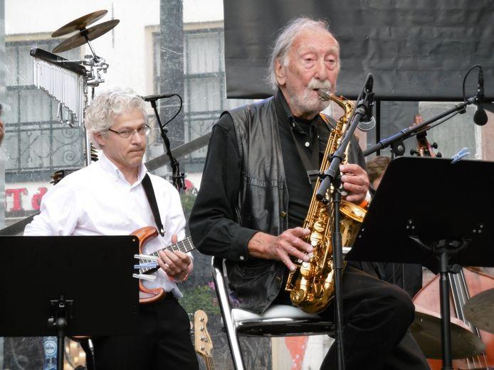 Tony Vos op het Amersfoortse jazzfestival van 2019, met Big Band On The Move. Links gitarist Guido Eymann.