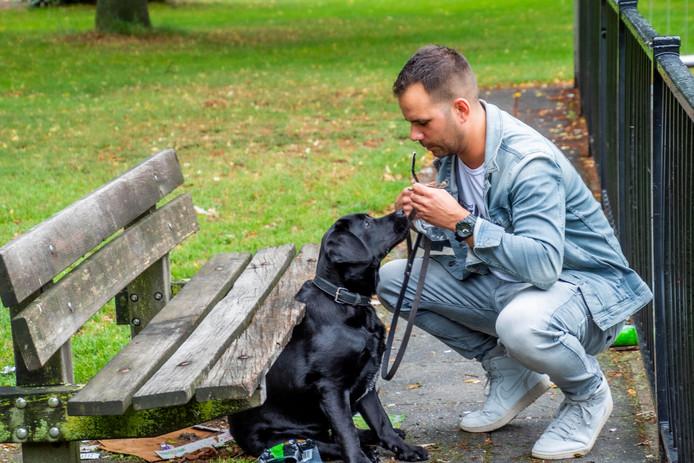Oud-Rotterdammer Koos de Wolf en zijn labrador, een puppy van acht maanden.