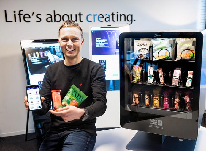 Patrick Stooker van het bedrijf Innovendo heeft een snackautomaat ontwikkeld die volledig met je telefoon te bedienen is.