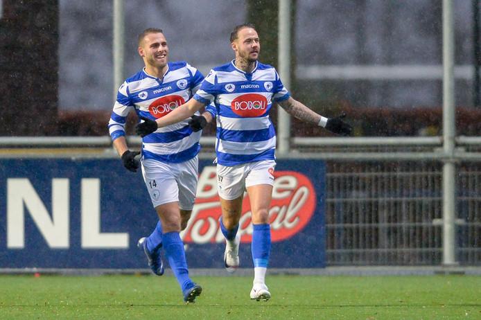 Vince Gino Dekker van SV Spakenburg (R) viert zijn doelpunt (1-0)