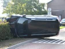 Auto belandt op zijkant in Axel