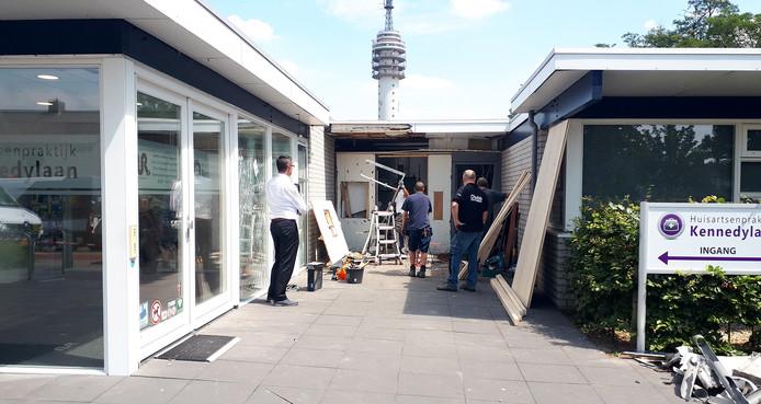 Huisartsenpraktijk blijft gesloten na plofkraak in Roosendaal.