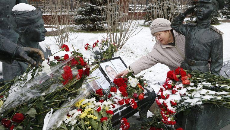 Mensen leggen bloemen voor de piloten bij een monument voor Russische officieren in Moskou. Beeld epa