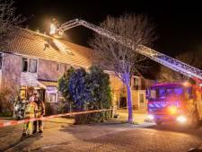 Zolderbrand in rijtjeswoning Wijk bij Duurstede, brandweer redt buurhuizen