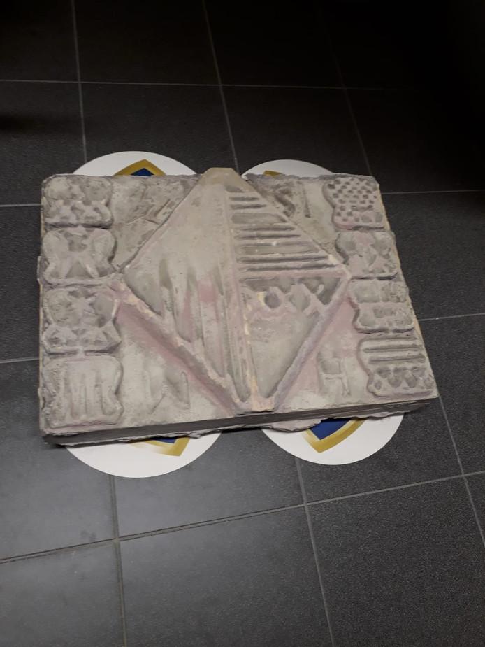 De door schoonmaak beschadigde gevelsteen uit de gevel van een gesloopt pand aan de Ameidestraat in Helmond. De steen uit 1574 is overgdragen aan de heemkundekring van Deurne en Liessel. In Liessel zat de steen ooit in het Blokhuis.