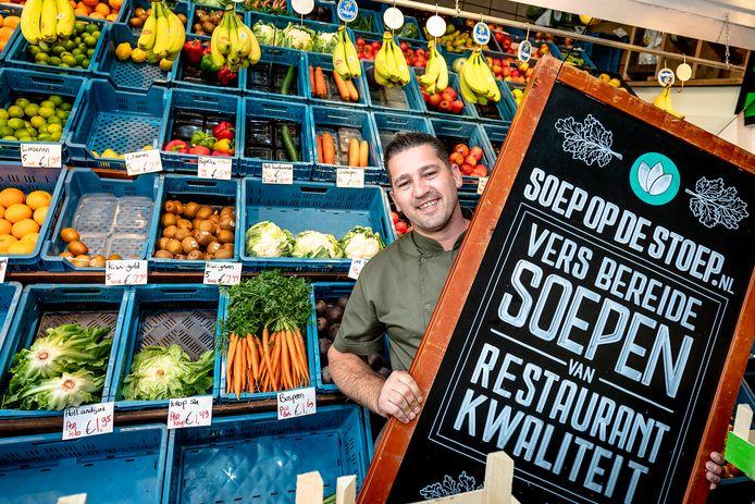 Chef-kok Mark Schumann uit Capelle aan den IJssel kookt nu soep die hij bij mensen thuis bezorgt.
