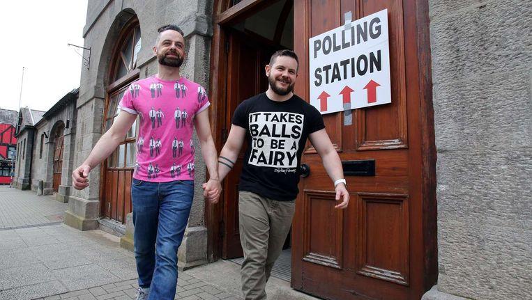 Een homostel bij een stemlokaal in Dublin. Beeld anp