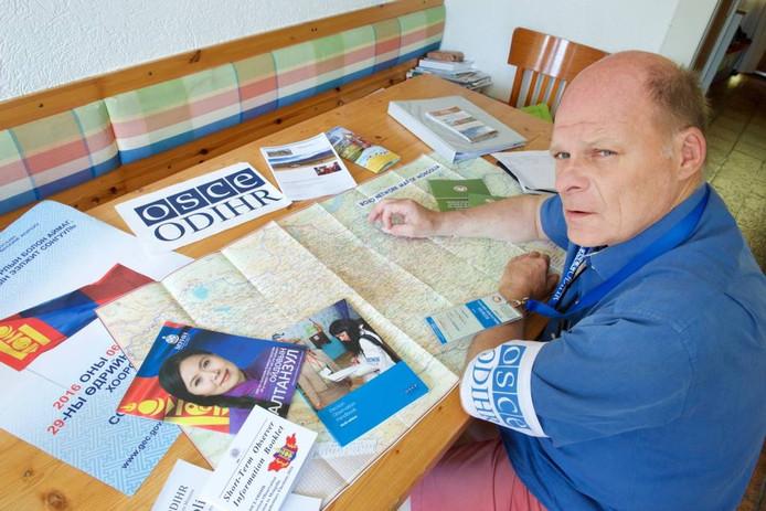Toezichthouder Jaap Huurman met paperassen over de verkiezingen in Mongolië.