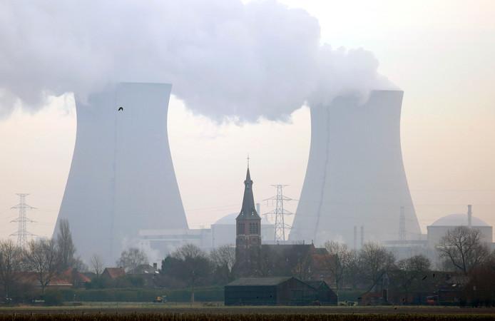 De kolossale St. Engelbertuskerk van Prosperdorp valt in het niet bij de enorme koeltorens van kerncentrale Doel.