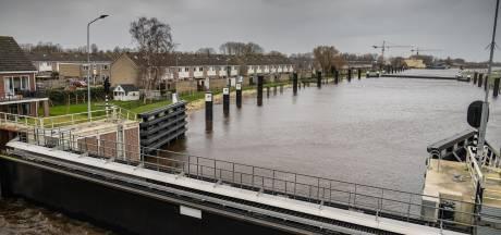 Sluisdeuren bij Zwartsluis zijn dicht in verband met gestegen waterpeil