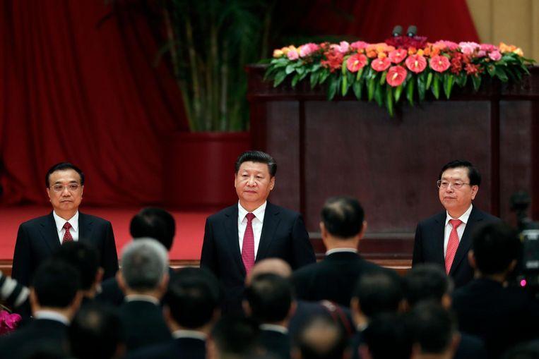 De Chinese president Xi Jinping in het midden, en links van hem de premier Li Keqiang, op 30 september in Peking. Beeld ap
