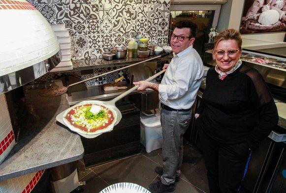 Giovanni Arnone en Angela Gentice hebben op de hoek van de Kerkstraat en de Koning Albertstraat het Italiaanse restaurant La Storia Da Giovanni geopend.