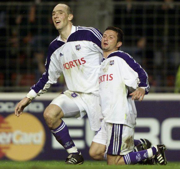 Köller feliciteert Radzinksi nadat de Canadees gescoord heeft tegen Dynamo Kiev in de Champions League.