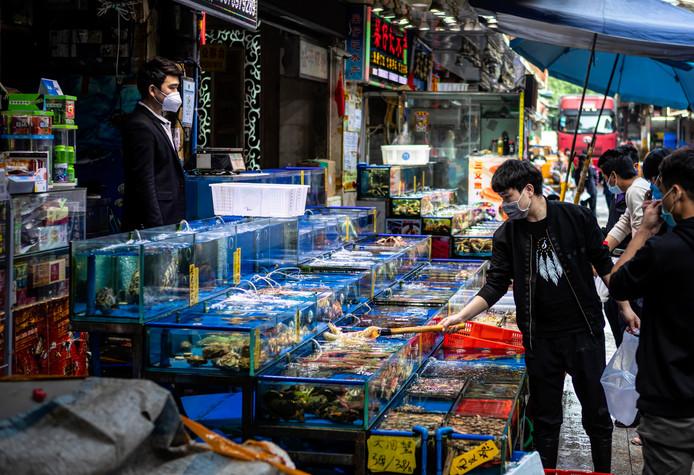 Selon de nombreux experts, le nouveau coronavirus qui fragilise la planète entière trouve son origine sur un marché de Wuhan, dans le centre de la Chine. En début d'année, Pékin avait d'ailleurs très clairement désigné en ce marché comme le berceau de l'épidémie, lorsque le virus se serait transmis d'une espèce animale à une autre avant de contaminer l'homme.