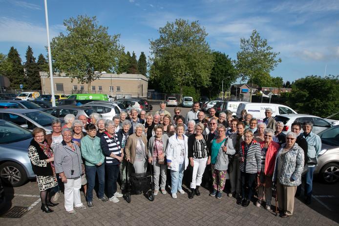 Carla van Eldijk (midden vooraan met zwar-wit shirt), is de nieuwe voorzitter van de Stichting Avondje Uit in Best die 10 jaar bestaat.