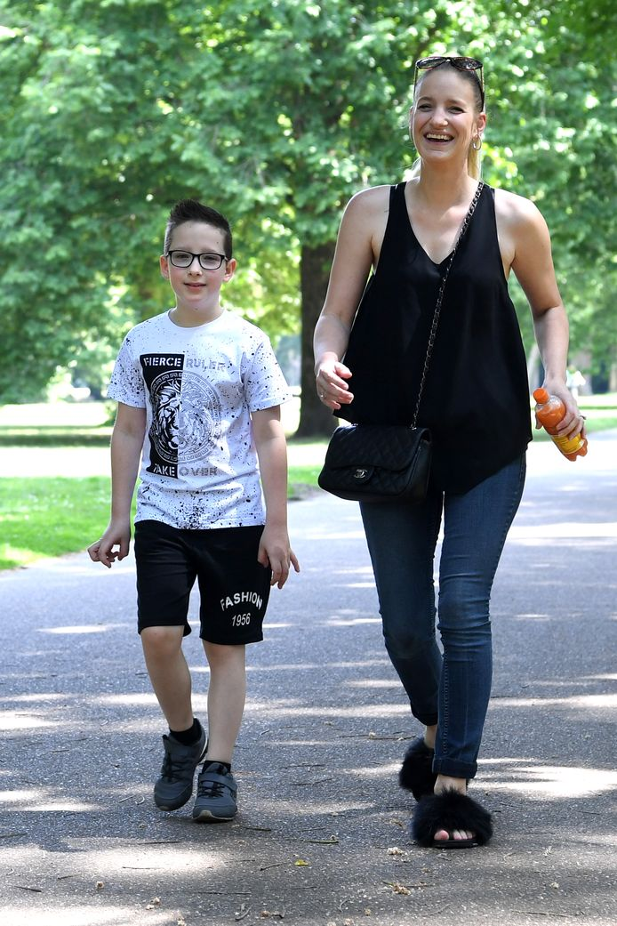 Jayden en moeder Amanda Verelst lopen tijdens hun vierdaagse in het Leijpark.