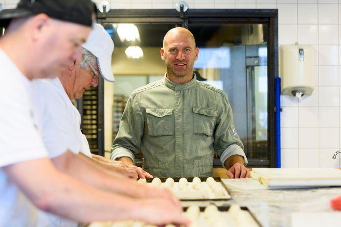 Bart Houben laat zijn worstenbroodjes bakken met dichte uiteinden.