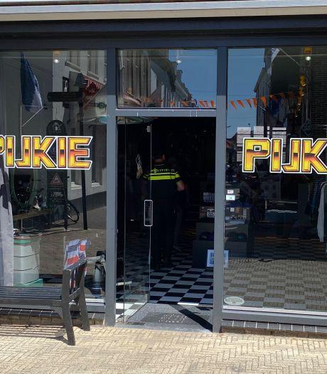Tattoobaas Stefan jonast petjesdief haven Harderwijk in, politie pakt kletsnatte dader op en duikers halen mes uit water