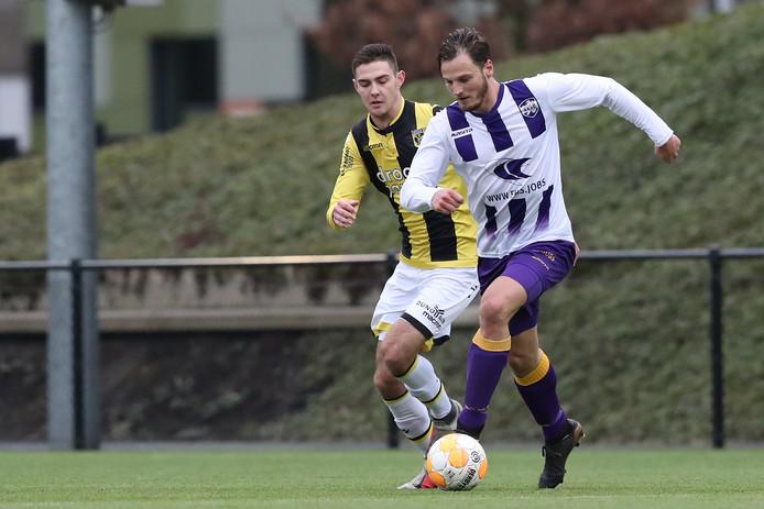 Joeri Potjes (links) in actie voor Jong Vitesse, in duel met VVSB-spits Frank Tervoert (ex-GVVV)