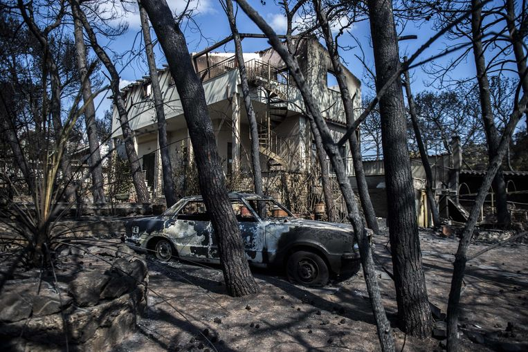 Karkas van uitgebrande auto in Mati. Beeld Angelos Tzortzini, AFP