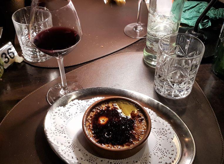 Crème brûlée en een rood wijntje, een mooie combinatie.