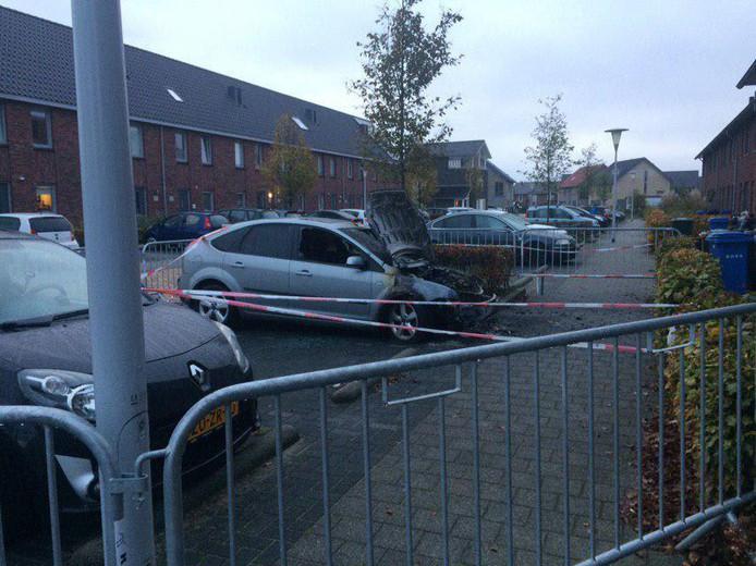 De uitgebrande auto in de Schuilenburgstraat.