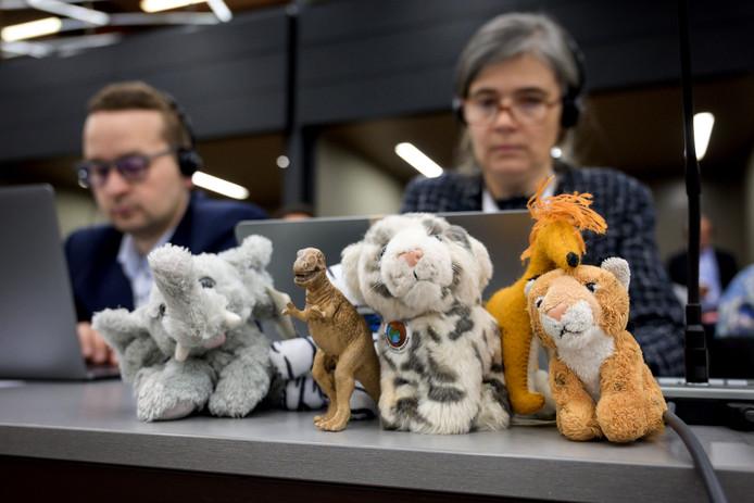 Een delegatie bij de conventie heeft enkele knuffelversies van dieren die met uitsterven worden bedreigd, waaronder de olifant en de giraffe, meegenomen naar de vergaderruimte in Genève. Waarom de uitgestorven dinosaurus er tussen staat, is niet duidelijk