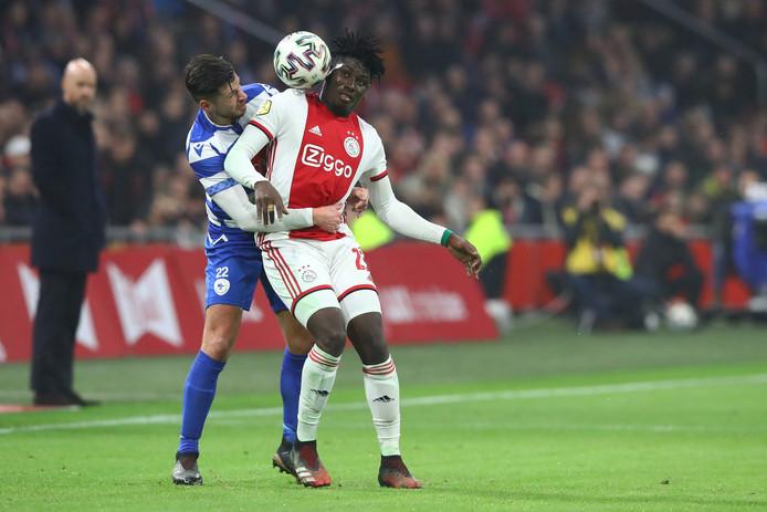 Onder het toeziend oog van Ajax-coach Erik ten Hag (links) duelleert Thomas van den Houten met spits Lassina Traore.