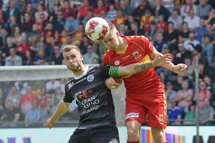 Aanvoerder Danny Verbeek (links) van FC Den Bosch vecht een kopduel uit met Roland Baas van Go Ahead Eagles in het treffen tussen beide clubs van zondagmiddag (2-2).