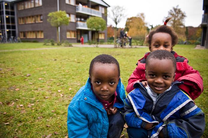 Kinderen van asielzoekers op het terrein achter het hoofdgebouw van COA Amersfoort.