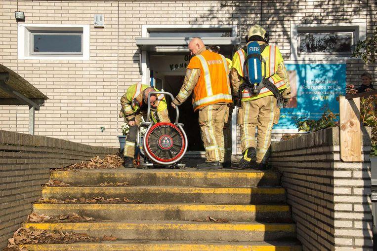 De brandweer haalde de koelkast naar buiten en ventileerde het schoolgebouw.