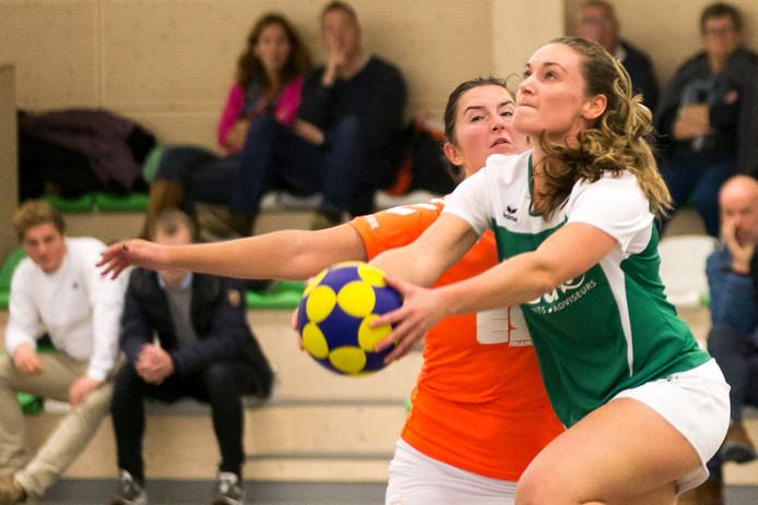 Tjoba (groene shirts) en Juliana (oranje tenue) staan in de eerste klasse op de onderste twee plaatsen.