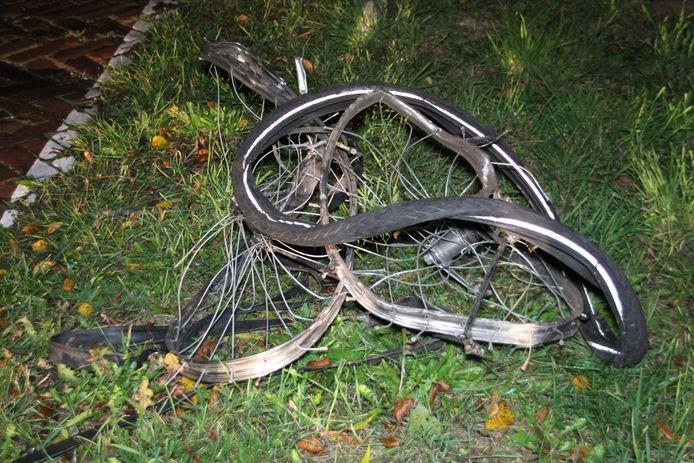 Een verwrongen fiets, of wat er van over is, langs het spoor in Rijssen. Dit staaltje vandalisme heeft dinsdagavond voor flink wat oponthoud gezorgd.