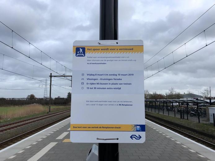 Via borden op de Zeeuwse stations worden reizigers voorbereid op het treinloze weekend van 8 tot 10 maart.