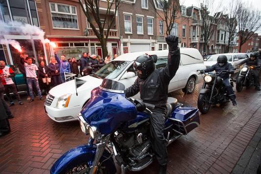 Motorrijders hielden een paar minuten halt voor café De Pui.