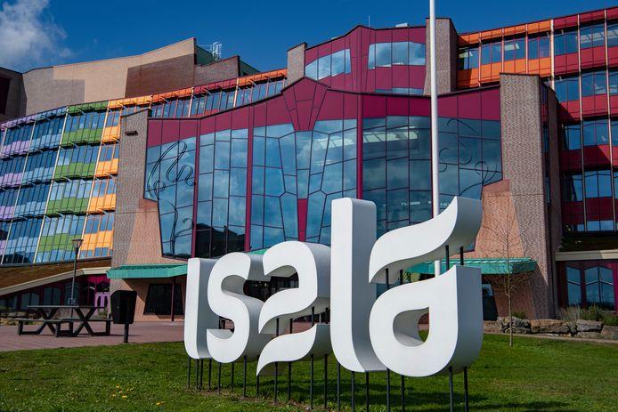 In het Isala-ziekenhuis in Zwolle zijn vannacht twee personen aan de gevolgen van het corona-virus overleden.