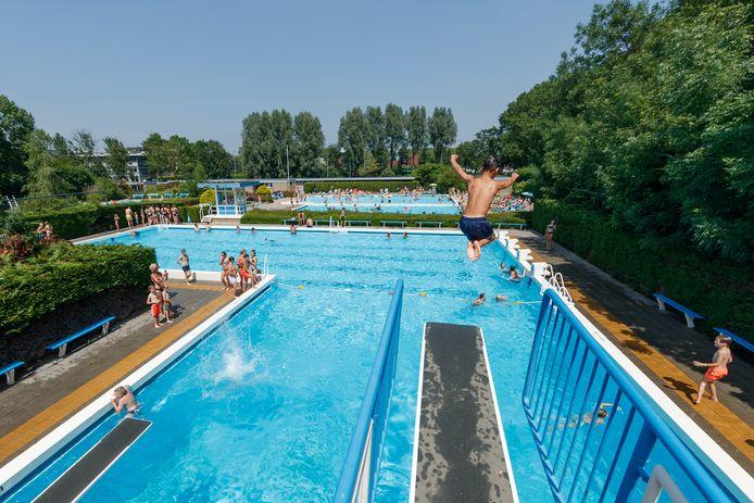 Het zwemwater van De Bosselaar in Zevenbergen is nu niet verwarmd. De zon moet zijn werk doen.
