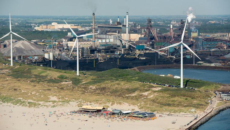 Het strand van Velsen-Noord met op de achtergrond de Tata Steel. Beeld anp