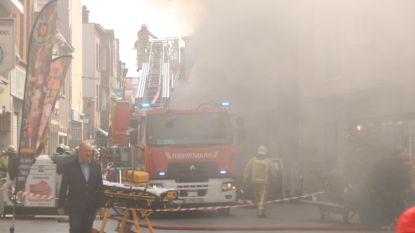 Dichte rook door brand in winkelgaanderij