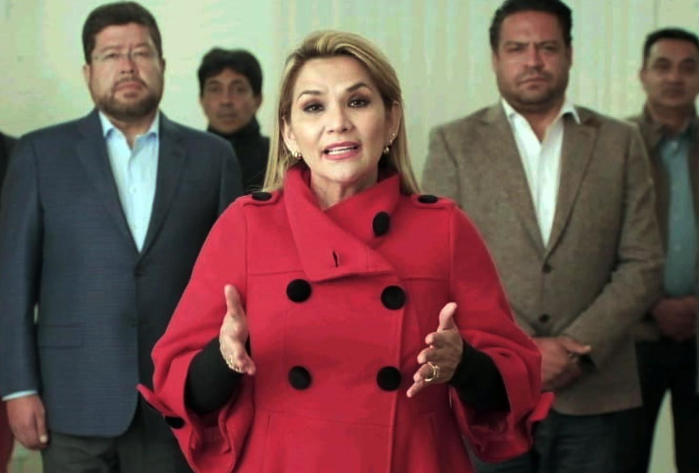 De Boliviaanse interim-president Jeanine Añez tijdens de bekendmaking van het intrekken van haar kandidatuur voor het presidentschap bij de verkiezingen volgende maand.