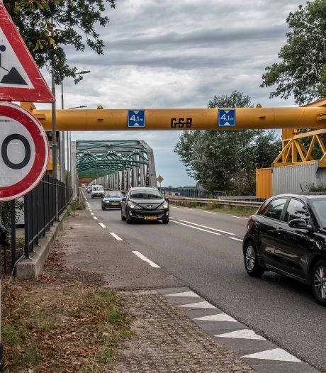 Over een week lichtere bussen over brug Grave, oplossing voor de komende maanden