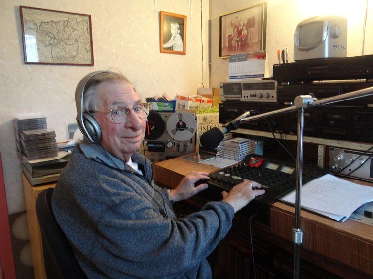 Willy De Groff thuis in zijn kleine radiostudio waar hij al zijn interviews aan elkaar zet.