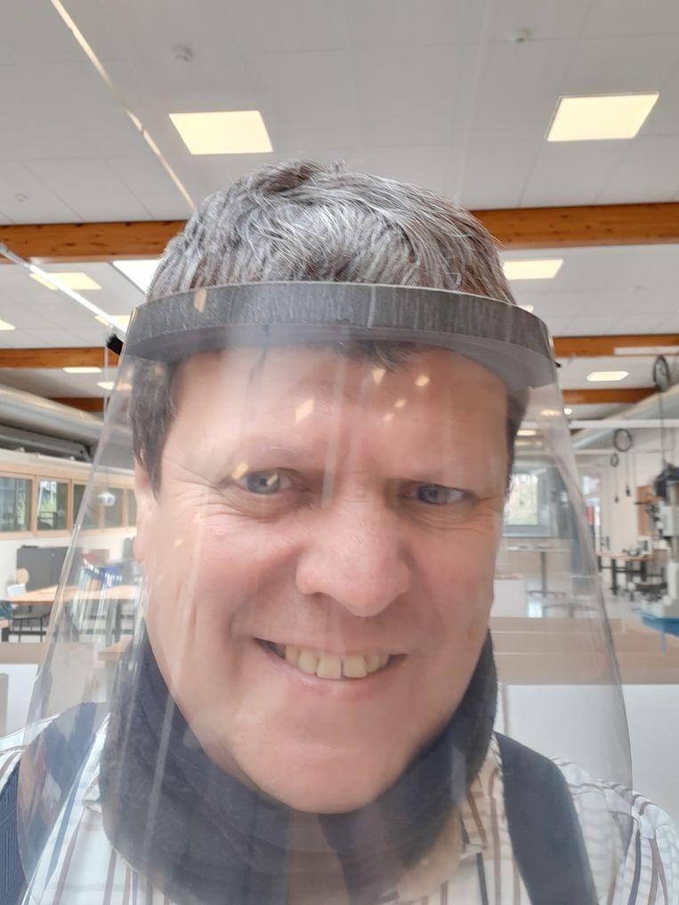 De leraars maken tot 750 maskers per dag.