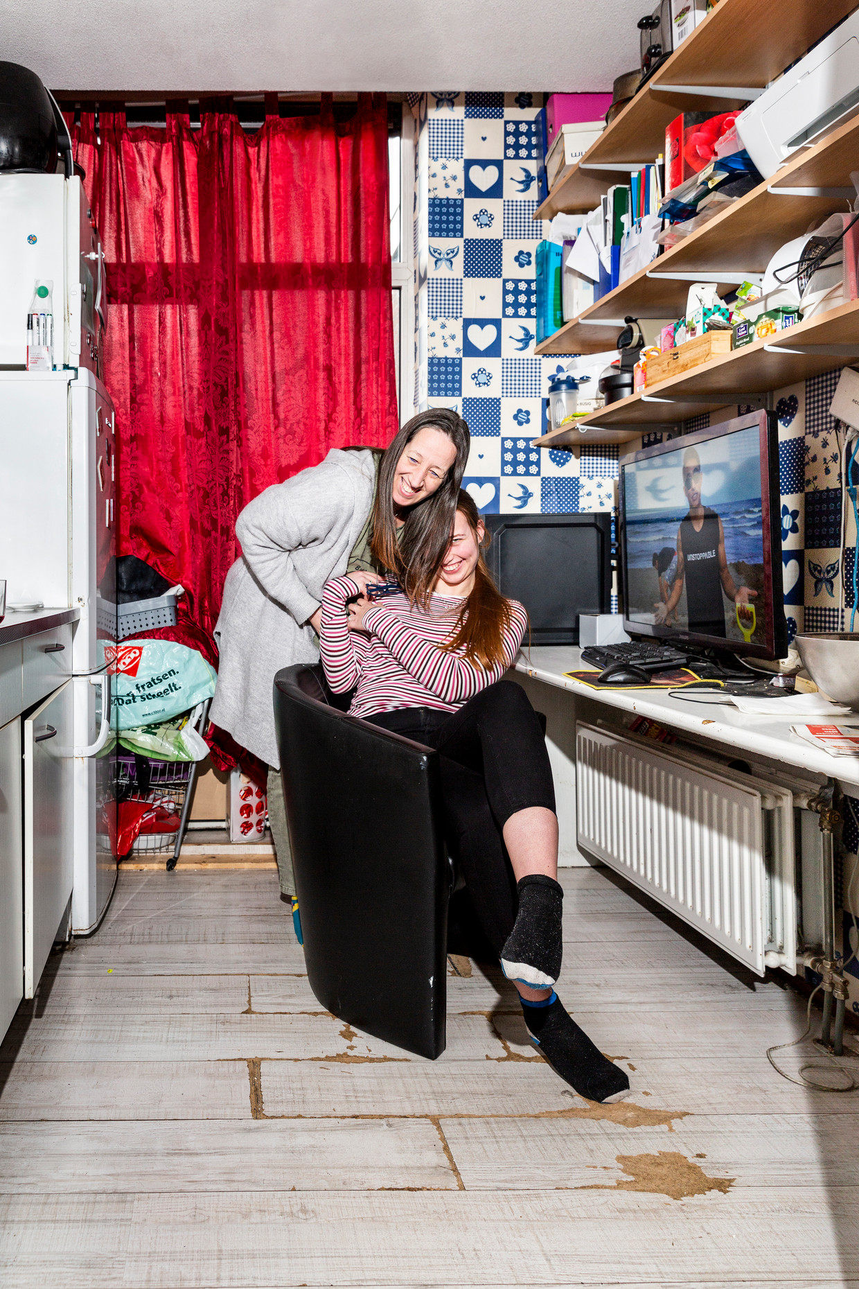Monique Rietveld, thuis met haar dochter Sophie. Beeld Marieke de Bra