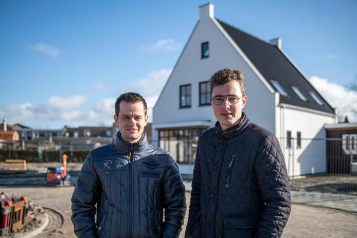 Adri Dieleman (l) en Jonathan Hoekman bij het eerste, door hen opgezette nieuwbouwplan in Biervliet aan de Braakmanlaan.